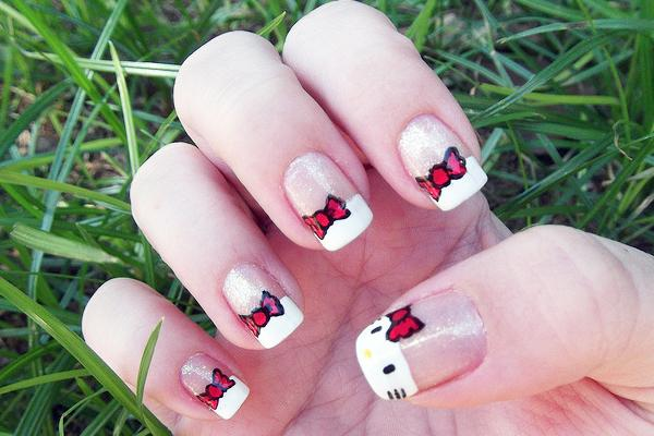 uñas  de Hello Kitty en blanco y rojo