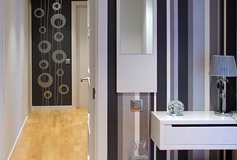 Decorar el recibidor con papel pintado a rayas paperblog - Papel pintado para recibidores ...