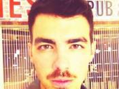 ¡Descubre razón Jonas deja crecer bigote!
