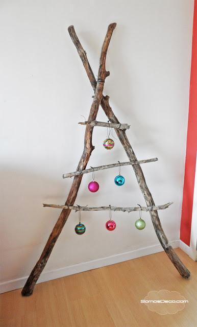 Un Árbol de Navidad con ramas naturales.