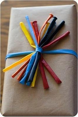 os mostramos originales maneras de envolver regalos con papel de embalar