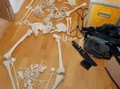 mujer acusada realizar actos sexuales esqueleto