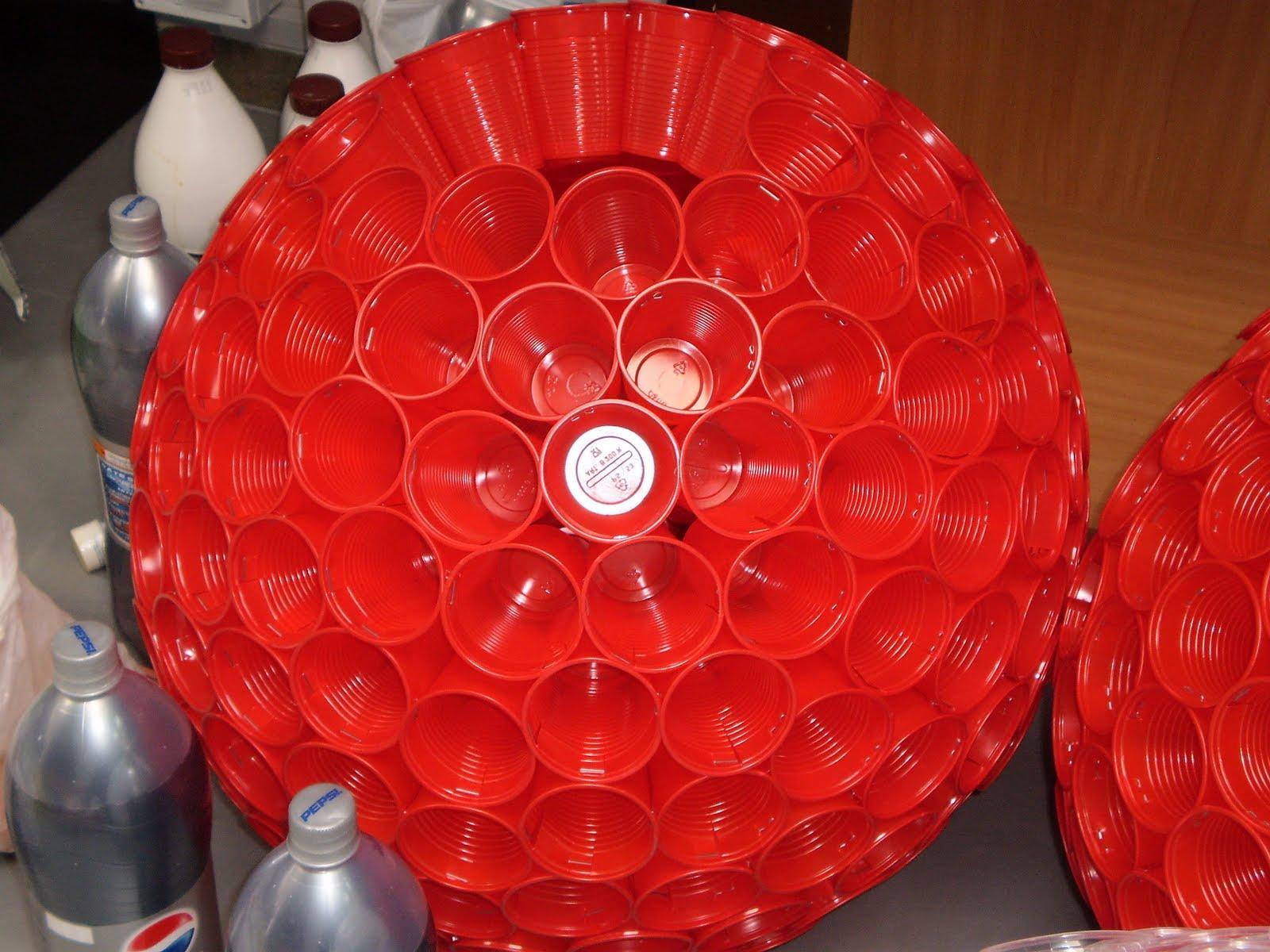 de Navidad y campanas navideñas realizadas con vasos de plástico