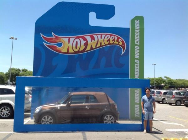 Sorprendente acción de Hot Wheels en el parking de un centro comercial
