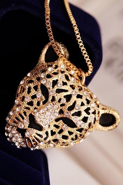 Rhinestone-Embellished-Leopard-Head-Necklace