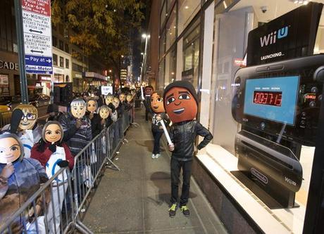 Cola de compradores esperando el lanzamiento de Wii U