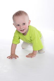 Bebé sonriente gateando, gateo