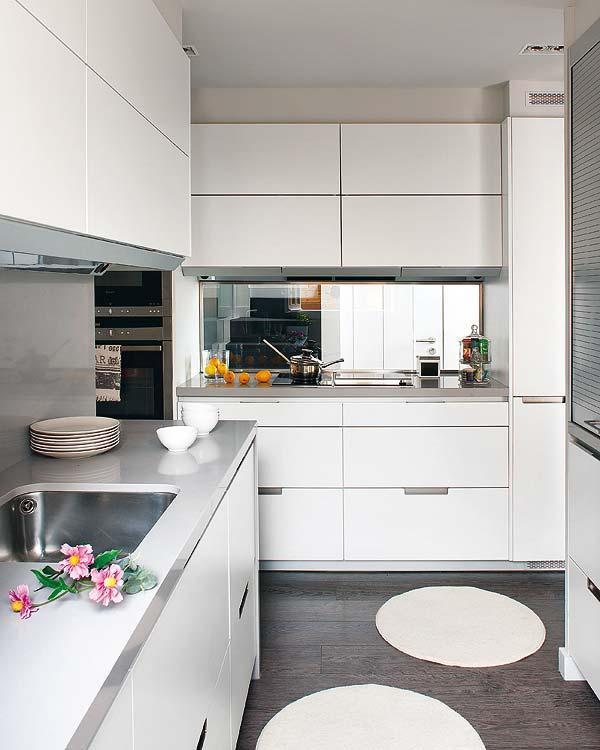 Una vivienda en morado y gris paperblog for Cocina blanca y suelo gris