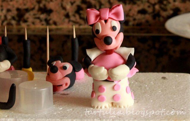 Minnie y Mickey en el campo. Tarta para un cumpleaños