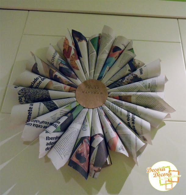 Corona de Navidad para la puerta con periódicos.