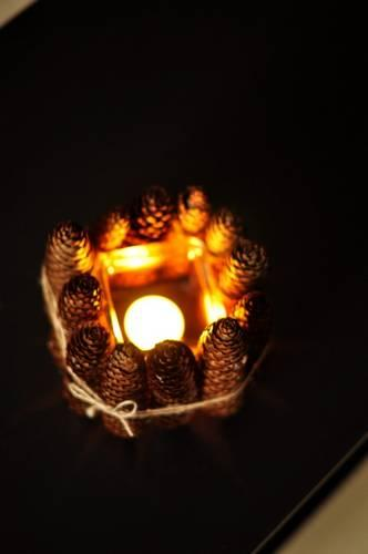 vela-decorativa-con-piñas-encendida-vista-superior