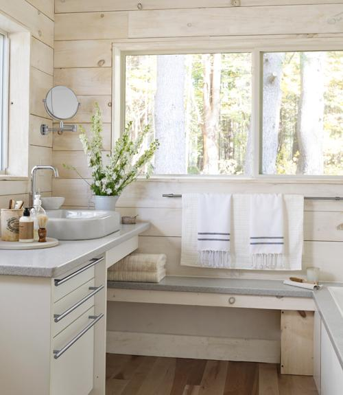 Baños Estilo Cottage:can't get enough of the white and the light wood! I'm also a