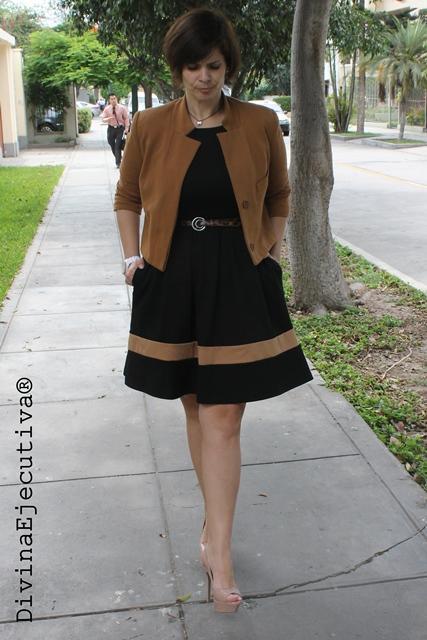 Outfit vestido negro con vuelo