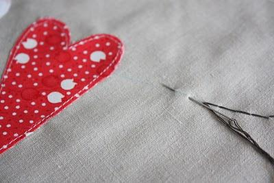 Algo azul...  DIY: Un cojín para San Valentín