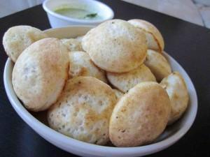 Idly, desayuno típico indio hecho con pasta fermentada de arroz y lenteja.