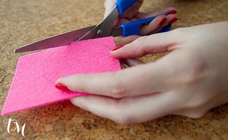 cortando fieltro Manualidades con fieltro para San Valentín
