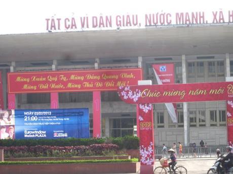 Los carteles de feliz año nuevo rodean todas las ciudad y pueblos de Vietnam desde hace días