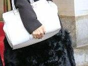 Victoria Beckham modelos pasarela llevan bolso cadera