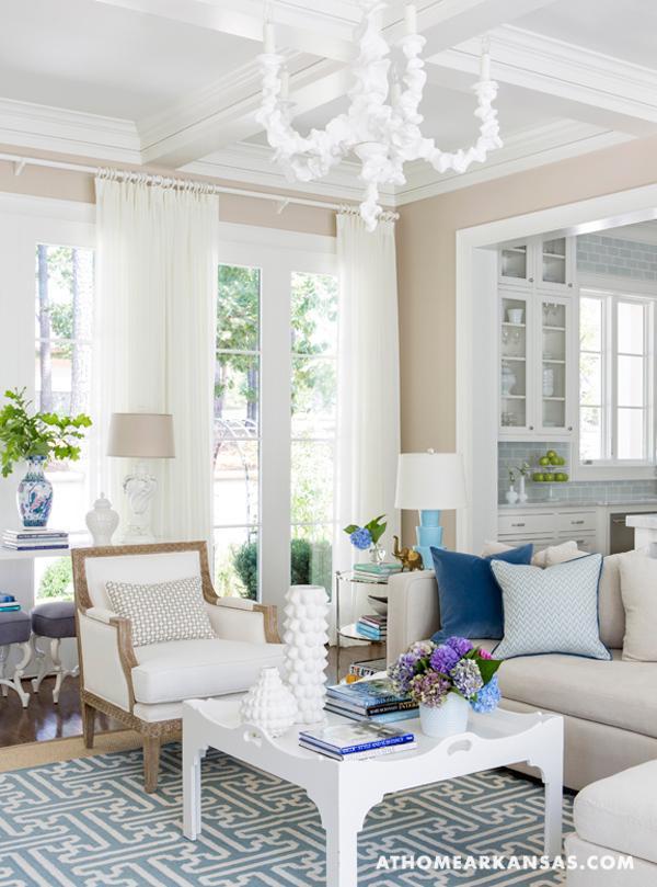 Una casa decorada en blanco con delicados toques de color - Casas decoradas en blanco ...