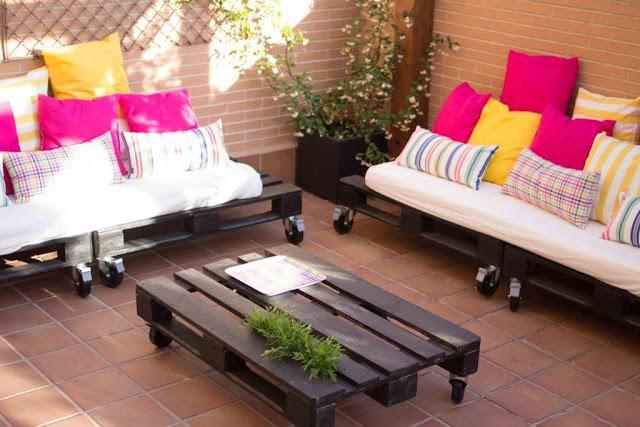 Diy c mo se hace una mesa y unos sof s de palets por - Como hacer un sofa con palets de madera ...