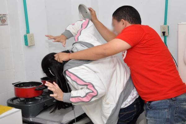 Resultado de imagen para fotos de hombre maltratando a una mujer