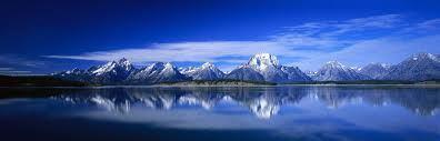 En un período de 100 años, una molécula de agua distribuye su estadía 98 años en el océano, 20 meses en forma de hielo, 2 semanas en lagos y ríos y menos de una semana en la atmósfera.