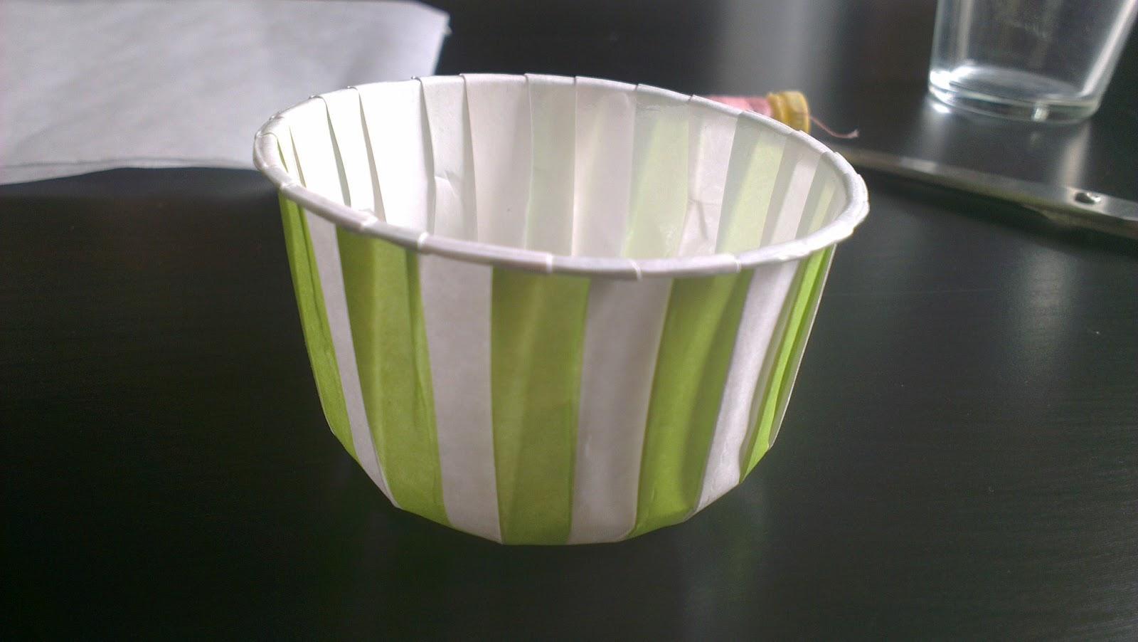 que hacemos es colocar el vaso (el de cristal) en el centro del papel