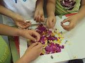 Hacemos papel reciclado adornado flores