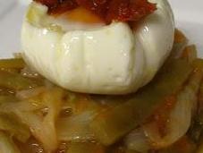 Huevos escalfados judías rehogadas, tomate cebolla
