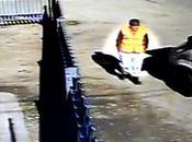 Futbolista Carlos Tevez barre calles como condena