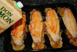 Cabracho al horno con patatas panadera y lechuga de roble for Cocinar patatas al horno
