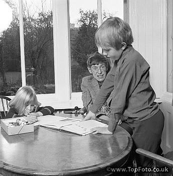 Stephen Hawking habla sobre Religión, Ciencia y Educación de los hijos
