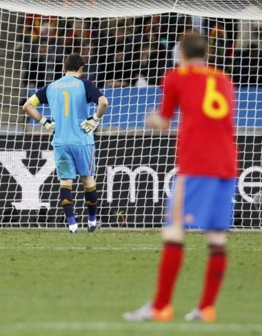 Spain's goalkeeper Iker Casillas (L) and Andres Iniesta react after Switzerland's Gelson Fernandes scored during a 2010 World Cup Group H match at Moses Mabhida stadium in Durban June 16, 2010.   REUTERS/Marcelo Del Pozo (SOUTH AFRICA - Tags: SPORT SOCCER WORLD CUP)