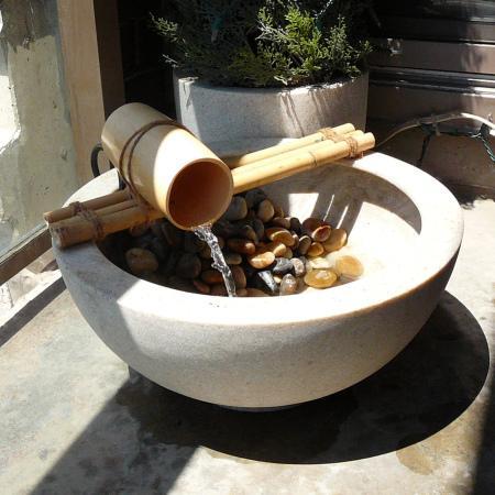 Fuente Creada Con Un Boll Y Unos Bambús. Pequeña Fuente De Jardín
