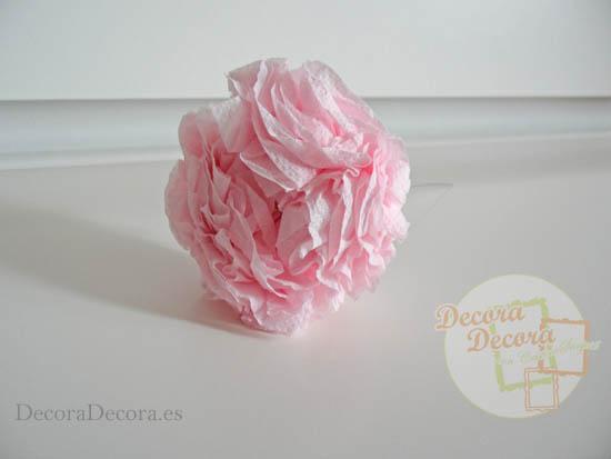Hacer flores de papel.