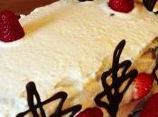 Tarta fresas nata detalles chocolate.