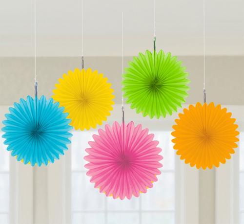 abanicos de papel de colores alegres para decorar fiestas