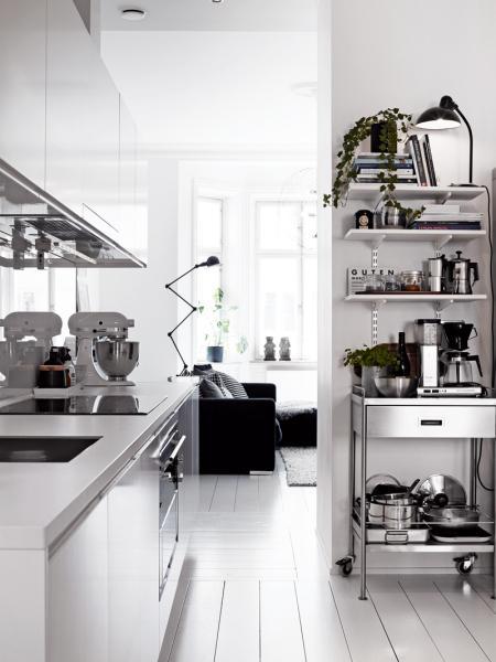 Blanco negro y madera en la casa de una estilista sueca for Decoracion nordica industrial