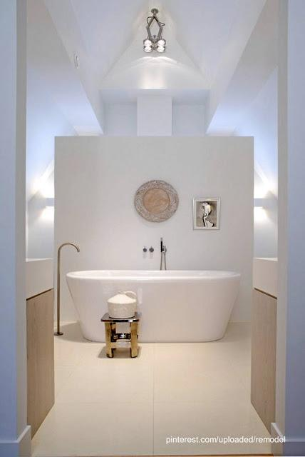 Baños Residenciales Modernos:Sector de la bañera de un lujoso baño muy luminoso