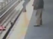 Carrito bebé vías metro