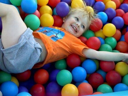 Las piscinas de bolas paperblog for Piscinas de bolas para bebes