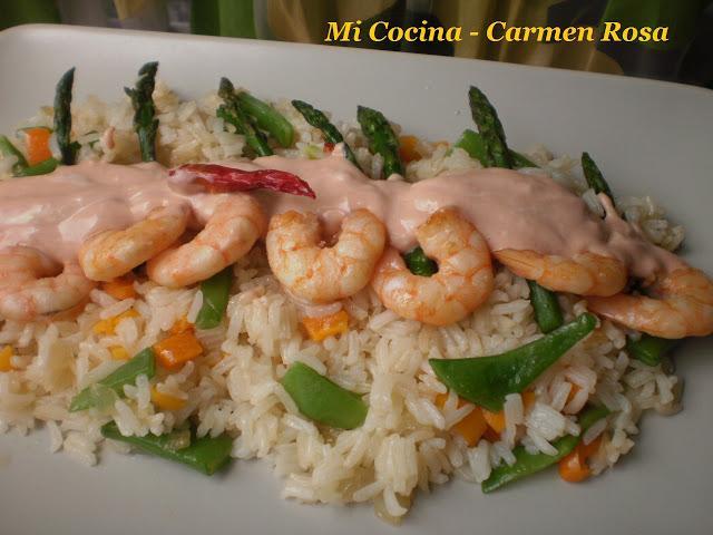 Langostinos con salsa sriracha sobre un lecho de arroz thai con ...