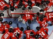 Imagen jugadores Suiza rodean portero antes inicio partido