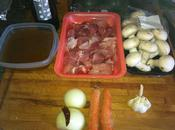 Guiso cerdo salsa carne vino tinto