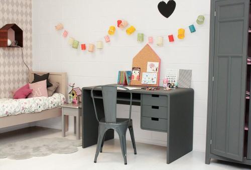escritorio niños 3 500x339 10 Ideas para organizar y decorar la zona de estudio de los niños