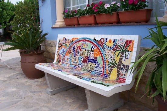 Bancos de piedra decorados con mosaicos.