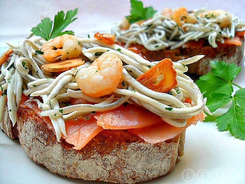 Tosta de salm n ahumado con gulas y gambas al ajillo - Tapas con salmon ahumado ...