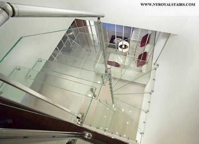 Escalera interior de vidrio transparente