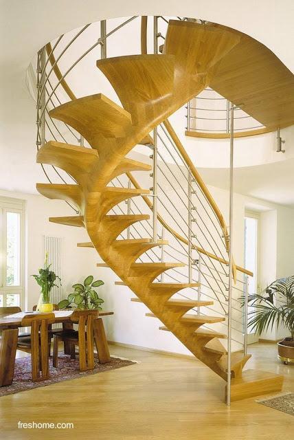 Escalera interior de forma helicoidal hecha de madera