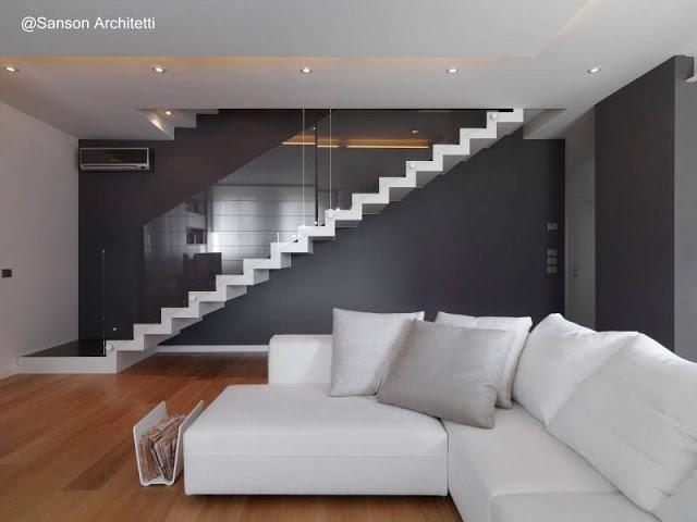 Escalera contemporánea con baranda de vidrio en Italia